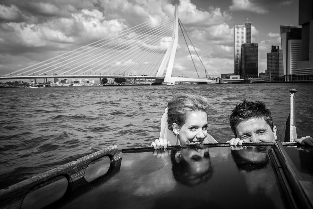 Bruidsfotografie in Rotterdam op de watertaxi bij de Erasmusbrug